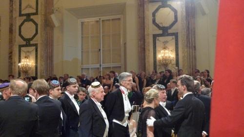 Eröffnung, u.a. mit John Gudenus (mit Brille), Ex-FPÖ-Nationalratsabgeordneter und rechtskräftig wegen NS-Wiederbetätigung verurteilt