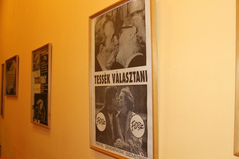 Im Debrecener Fidesz-Büro hängen Plakate aus der Anfangszeit der Partei
