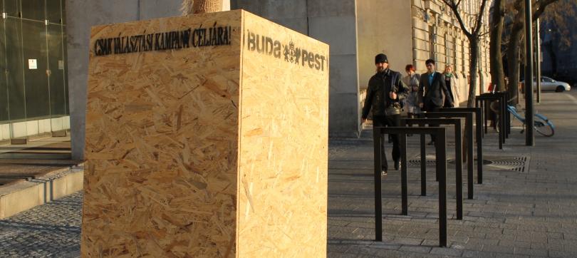 Leerer Ständer für Wahlplakate im Zentrum Budapests