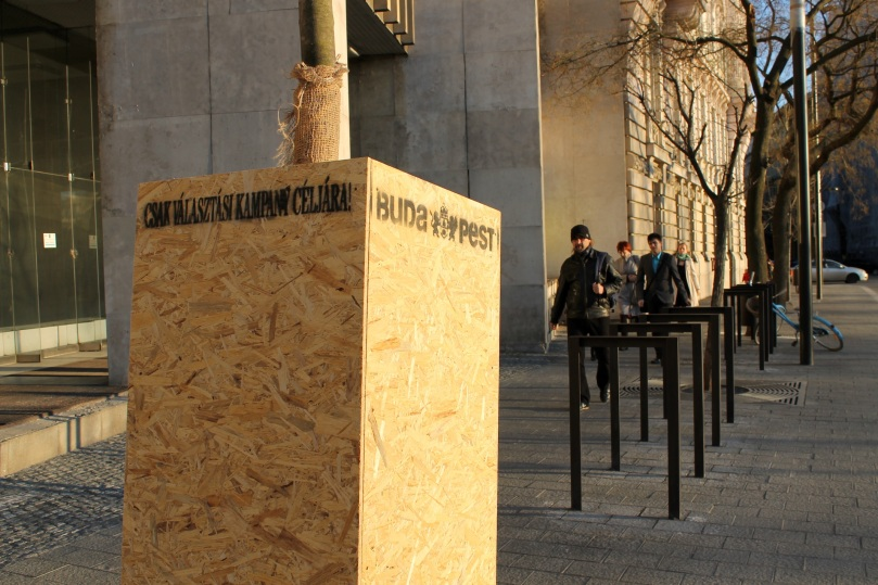 Plakatständer hinter dem ungarischen Parlament