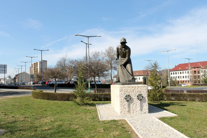Im Zentrum von Ózd erinnert eine Statue an bessere Zeiten