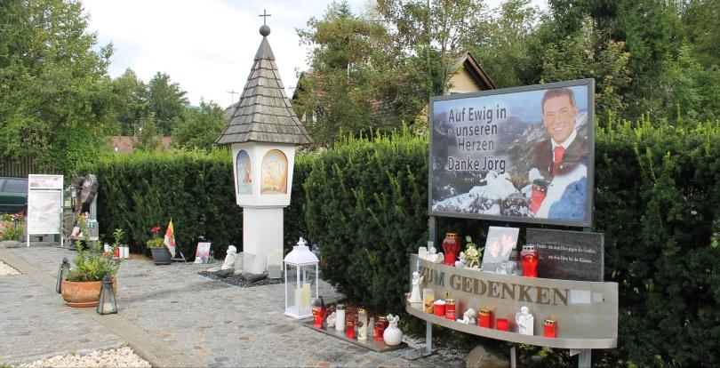 Kerzen und Fotos an der Stelle, an der Jörg Haider tödlich verunglückte
