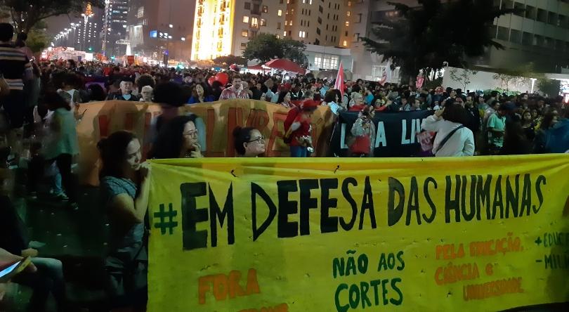 Studierende fordern auf einer Demonstration in São Paulo auf einem Transparent zur Verteidigung der Geisteswissenschaften auf