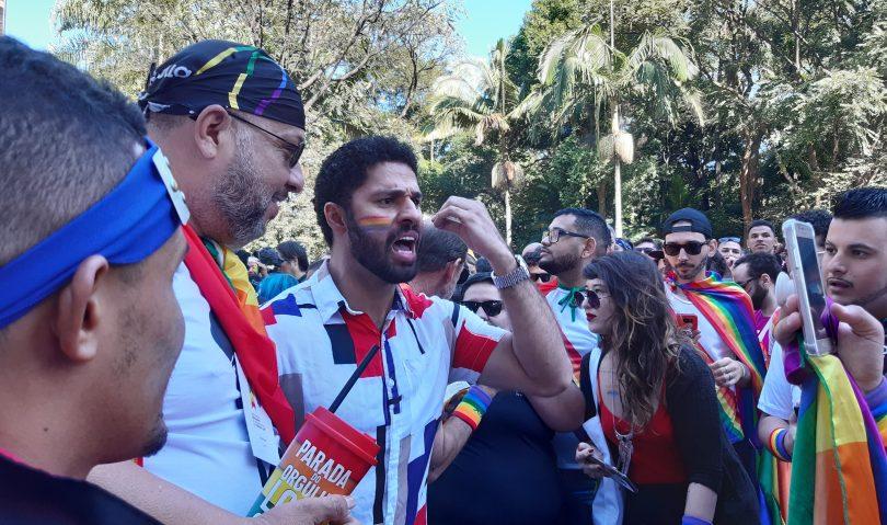 David Miranda gibt auf der Pride Parade in São Paulo ein Interview