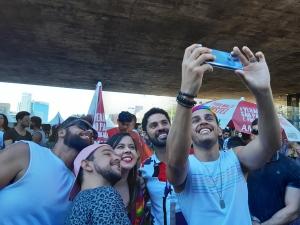 David Miranda und zwei Parteikolleg*innen machen auf der Pride Parade in São Paulo ein Selfie mit Fans